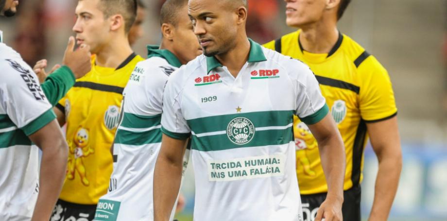 A camisa utilizada no Atletiba, com provocação ao Athletico