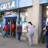 Fila em frente a agência da Caixa, em Curitiba