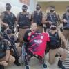Com a camisa de Lucho González, amigos visitam o policial Kaseker