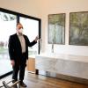 Luis, diretor da Luto Curitiba, apresenta as obras de arte do Memorial