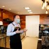 Arthur, também diretor da Luto, no espaço gourmet do local