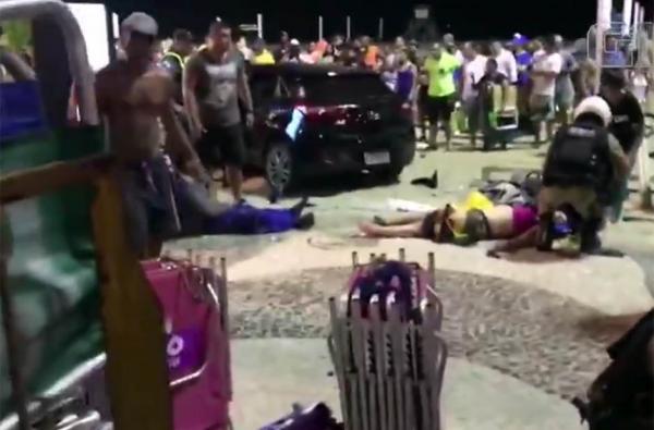 Carro desgovernado invade calçadão e atropela pedestres em Copacabana