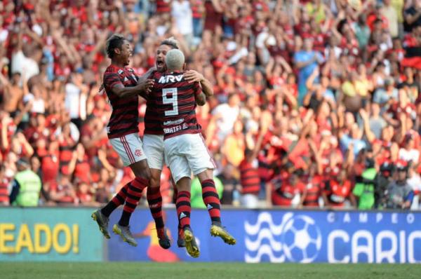 Jogadores do Flamengo comemoram gol em cima do Fluminense