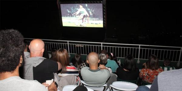 Alex (de cinza, ao centro) assiste ao documentário 'Alex Câmera 10' no Couto Pereira
