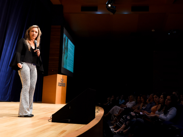 Luciene Tognetta durante palestra para professores do Colégio Positivo.