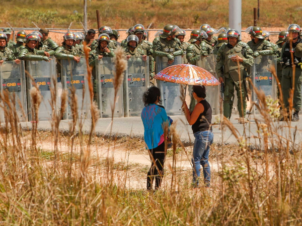 Venezuelanos chegam ao município brasileiro de Pacaraima, em Roraima, após atravessar a fronteira e forma clandestina