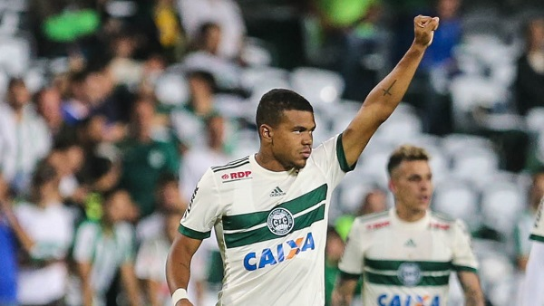 Yan Sasse comemora gol pelo Coritiba: revelado na base