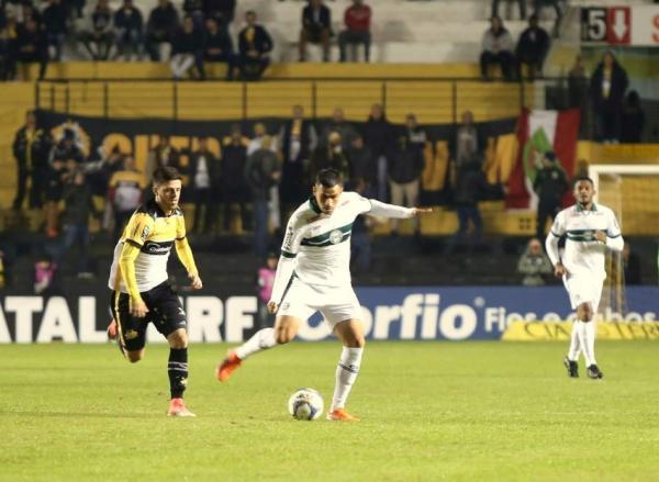 Thiago Lopes enfrenta o Criciúma: autor do gol do Coritiba
