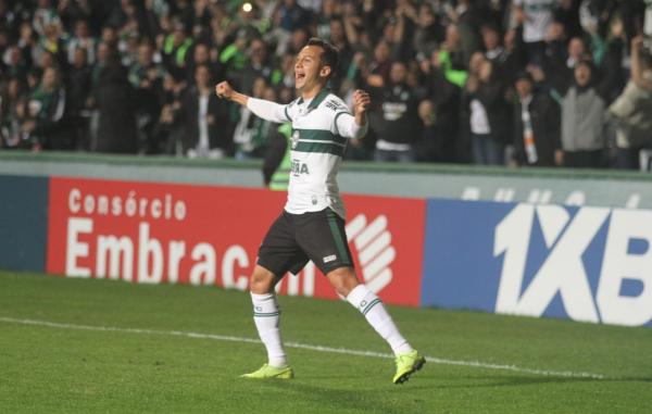 Alano comemora gol contra o Vitória