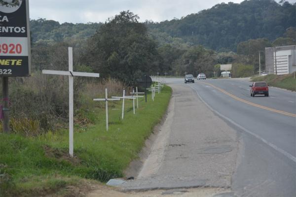 Às margens de rodovia foram fixadas 250 cruzes