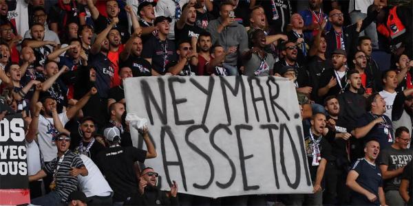 Torcida do PSG com uma faixa contra Neymar