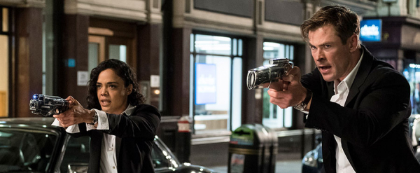 Os agentes M (Tessa Thomspon) e H (Chris Hemsworth) em 'Homens de Preto': ela é a poderosa e ele é o debochado