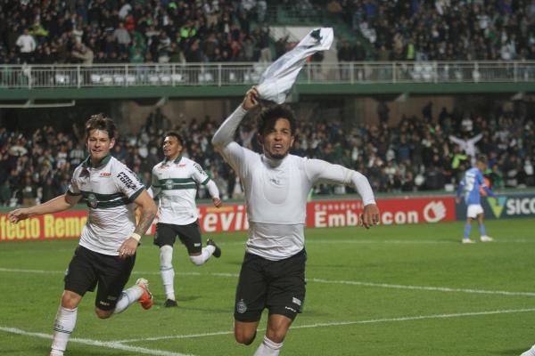Rafinha comemora gol do Coritiba contra o São Bento