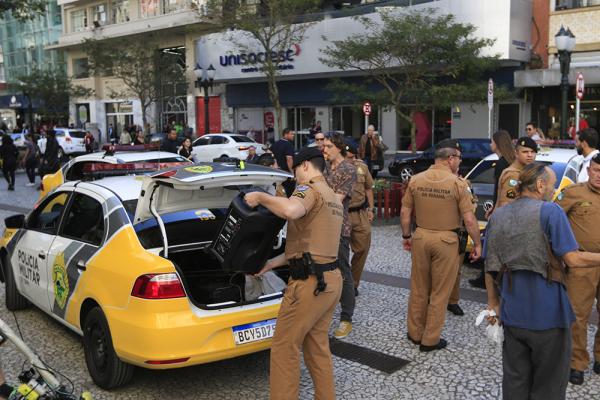 Cinco viaturas e nove policiais foram cuidar da ocorrência de pertubação de sossego, ontem