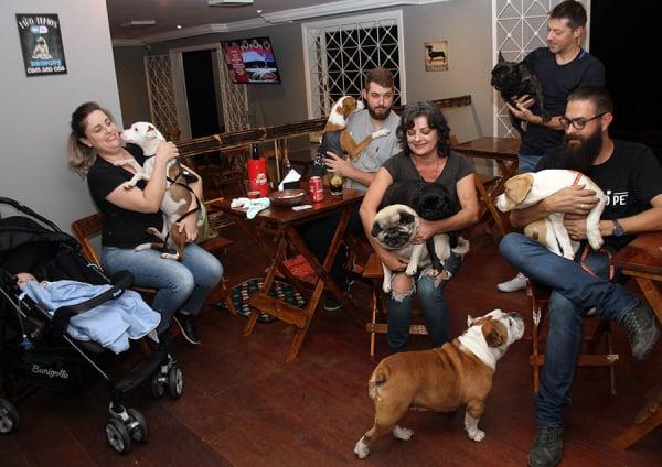 Inaugurado ontem, Boteco Pet recebeu famílias com seus animais de estimação
