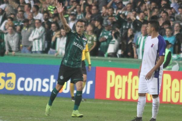 Juan Alano: novidade na escalação, jogador fez o segundo gol da partida e foi o mehor do Coxa, mas não foi o suficiente pro time conseguir a vitória