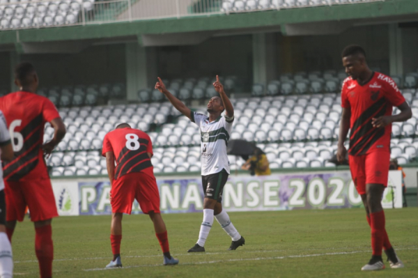 Matheus Sales comemora gol sobre o Athletico