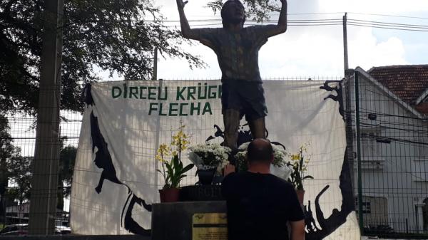 Torcedores visitam a estátua de Dirceu Krüger