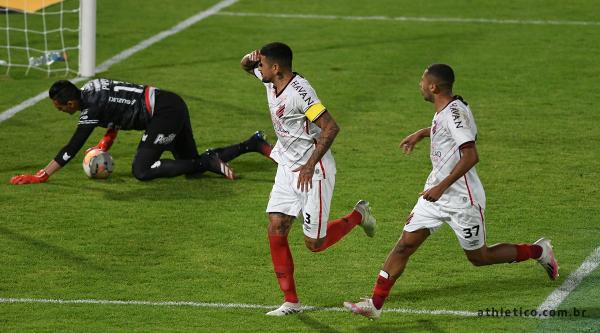 Lucho González comemora o primeiro gol do Athletico na partida