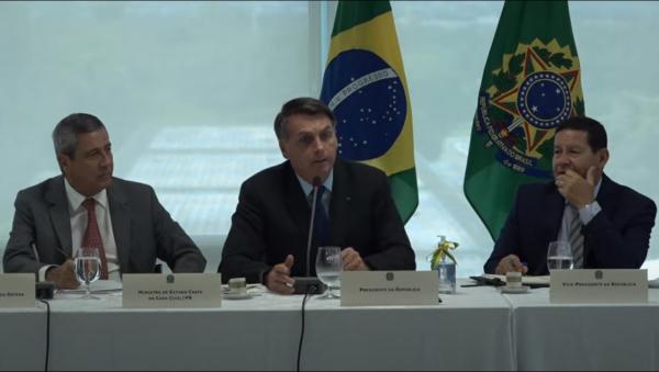 """Bolsonaro:"""" por isso eu quero que o povo se arme, a garantia de que não vai aparecer um filho da p... e impor uma ditadura aqui."""""""