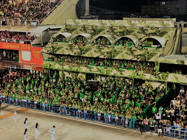 Localizado no Coração da Sapucaí, o Folia Tropical  é o melhor lugar para assistir aos desfiles das escolas de samba do Rio de Janeiro