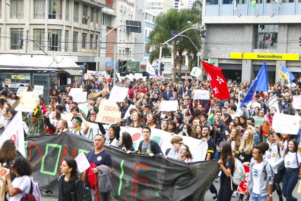 Manifestação no Centro de Curitiba, ontem: ela começou às 8 horas e foi até a noite