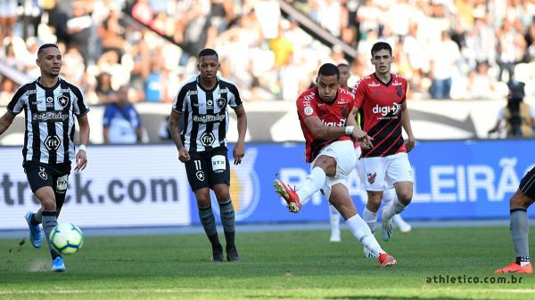 Thonny Anderson chuta bola contra o Botafogo: ele marcou um gol para o Athletico