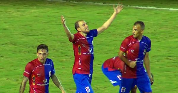 Renan Bressan comemora: ele fez o primeiro gol da Série B de 2020