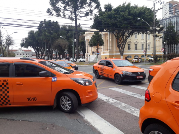 Taxistas em protesto hoje em frente à prefeitura: pelo decreto, motoristas de aplicativos terão que fazer cadastro em site da Urbs