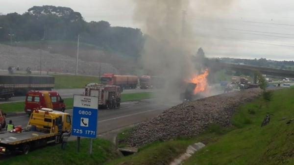 Carreta pega fogo na rodovia que liga Curitiba a São Paulo