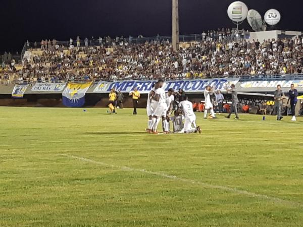 Jogadores do Paraná comemoram gol