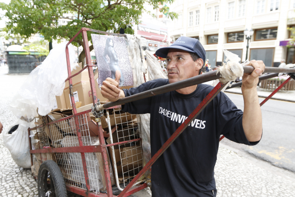 """O carrinheiro João Nascimento: """"Dá até tristeza do ser humano assim"""""""