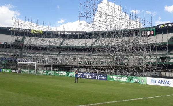 Montagem do palco no Couto Pereira