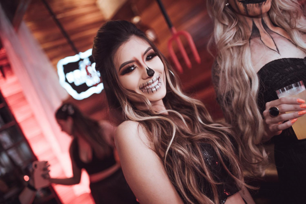 A bela, Laura Oliveira, na festa de Halloween do +55
