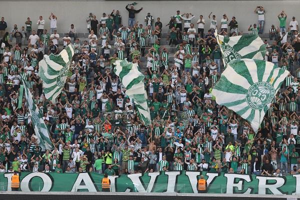 Torcida do Coritiba na Arena da Baixada, em Atletiba em 2017