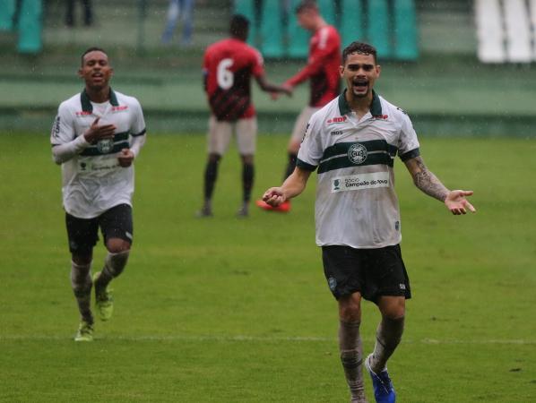 Pablo Thomaz comemora gol do Coritiba contra o Athletico, pelo Brasileiro de Aspirantes