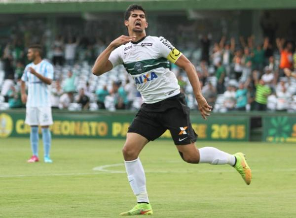 Leandro Almeida comemora gol pelo Coritiba