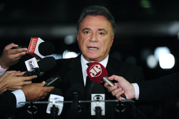 Alvaro: senador disse ser a favor de manutenção de veto de presidente, mas contrário a manifestações contra o Congresso como instituição.