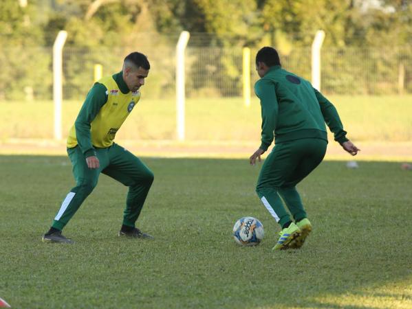 Thiago Lopes treina em Santa Catarina: titular contra o Criciúma