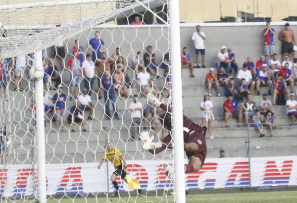 Alisson não consegue defender a cobrança de Thiago Lopes: lance indefensável, segundo Alan Aal