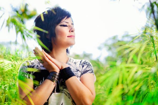 Fernanda Takai se apresenta neste domingo