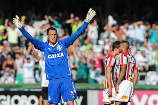 Wilson comemora gol no Couto Pereira