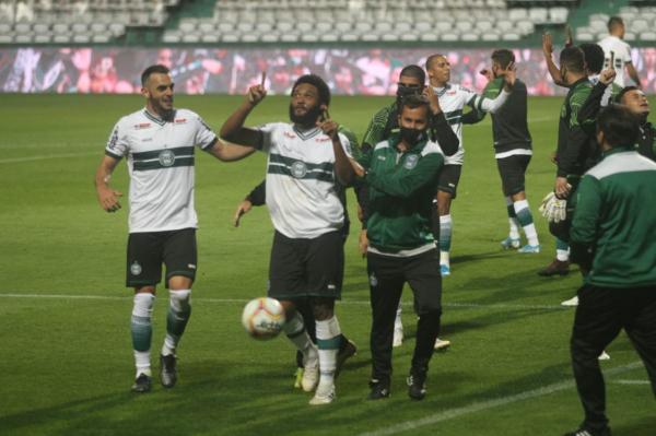 Sabino comemora gol do Coritiba