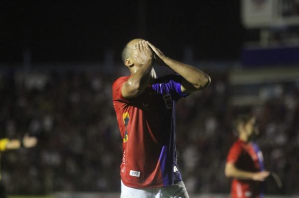 Com a Vila Capanema cheia, Paraná só empata contra o Vitória e pode cair na tabela - Bem Parana