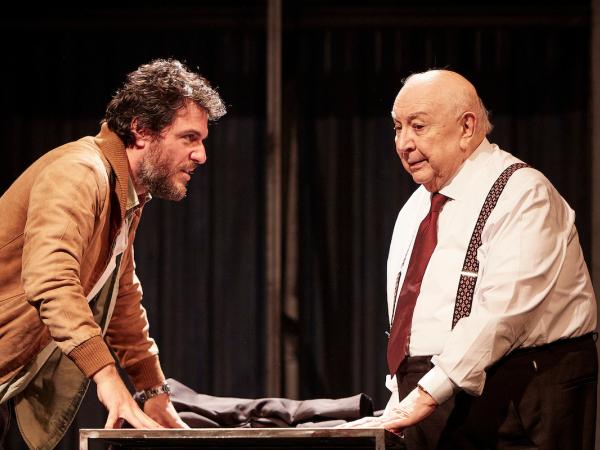 """Rodrigo Lombardi e Sergio Mamberti em cena da peça """"Um Panorama Visto da Ponte""""."""