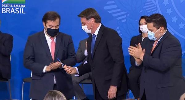 Maia, Bolsonaro e Alcolumbre na assinatura do decreto do auxílio emergencial