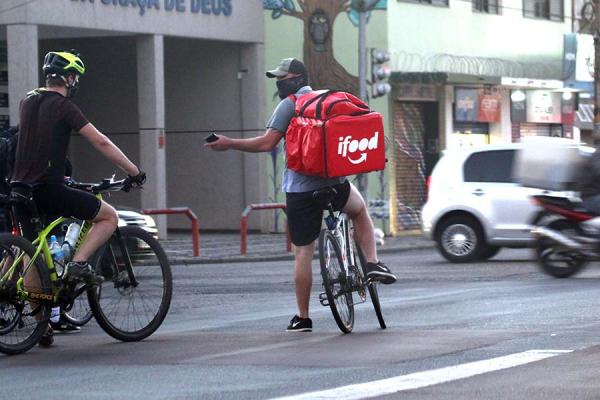 Trabalhar com entregas não é um trabalho fácil: eles rodam até  70 quilômetros diários para ganhar menos de um salário mínimo