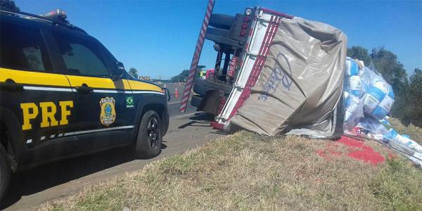 O caminhão tombado