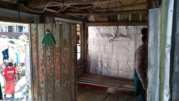 Trabalho do Brasil sem Frestas cobre as paredes de moradias precárias: contra o frio