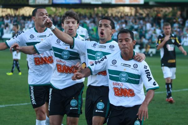 Léo Gago, Tcheco, Rafinha e Marcos Aurélio comemoram gol em 2011